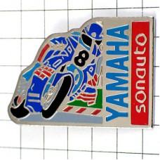 ピンバッジ・ヤマハの青いバイク8番オートバイ二輪
