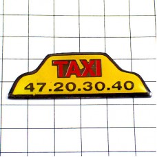 ピンズ・タクシー車の上のサイン黄色