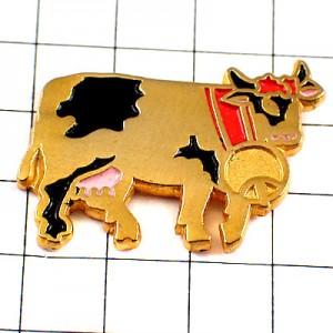 ピンバッジ・大きな鈴を下げた牛ゴールド金色