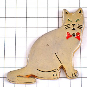ピンズ・金色のネコ赤い蝶ネクタイ猫