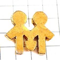 ピンバッジ・手をつなぐ二人ゴールド金色
