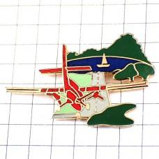 ピンズ・赤い消防飛行機と滑走路ボート船ヨット湖