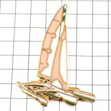 ピンズ・ヨット帆船クリーム色ボート一隻