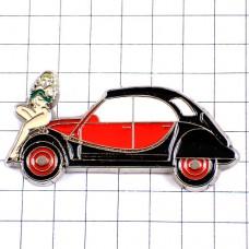 ピンズ・シトロエン2cv赤と黒の車ヌード女の子