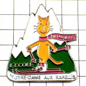 ピンバッジ・スキーヤーの猫アルプス山脈ピンク色マフラー