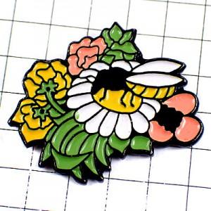 ピンバッジ・白い花の蜜を吸うミツバチ蜜蜂と花々