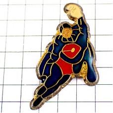 ピンバッジ・スーパーマン風ヒーロー飛ぶ