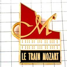 ピンズ・M鍵盤ピアノ音楽モーツアルト作曲家トレイン鉄道昼行列車