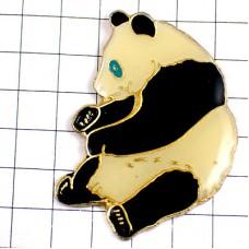 ピンズ・青い目のお座りパンダ熊猫