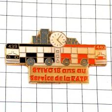 ピンバッジ・大型のバス車2台おおきな時計