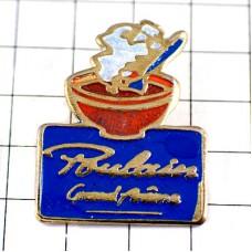 ピンバッジ・プーランのホットココア飲み物チョコレート青いスプーンとカフェオレボウル赤