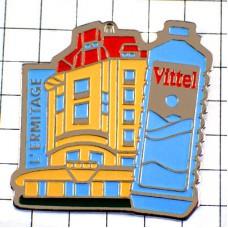 ピンバッジ・ヴィッテル水ペットボトルと町