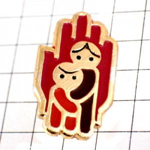 ブローチ・手のひらの上に子どもたちロシアのソ連時代