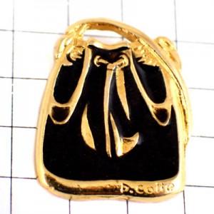 ピンバッジ・黒いトートバッグ鞄
