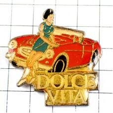 ピンバッジ・青いドレスの女の子と赤い車『甘い生活』