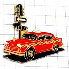ピンバッジ・信号待ちのタクシー車