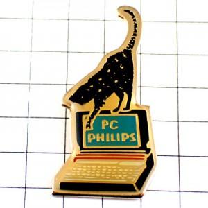 ピンバッジ・黒いネコ猫とフィリップスのコンピュータPC