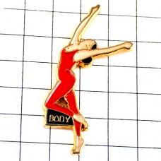 ピンバッジ・赤いレオタード女の子ボディ踊りダンサー裸足