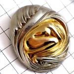 ピンバッジ・うずくまるヌードの女の子ゴールド金色セラメックス製薬会社イギリス英国