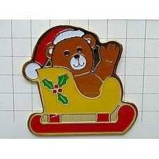 ピンバッジ・クリスマスのソリ熊のぬいぐるみ