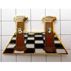 ピンズ・チェスの駒とチェス盤