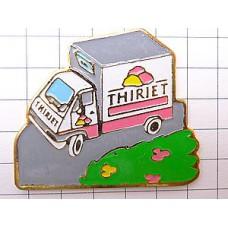 ピンズ・白いトラック車
