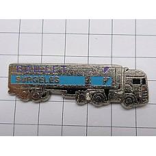 ピンバッジ・銀色の大型トラック車