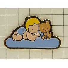 ピンズ・赤ちゃんと熊のぬいぐるみ