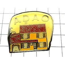 ピンバッジ・赤い屋根の車庫付き家