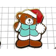 ピンバッジ・サンタ帽の熊ぬいぐるみ