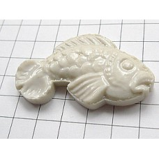 ピンズ・白い魚サカナ陶器製